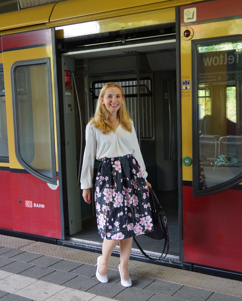 Outfit Kirschblütenrock und weiße Bluse 05