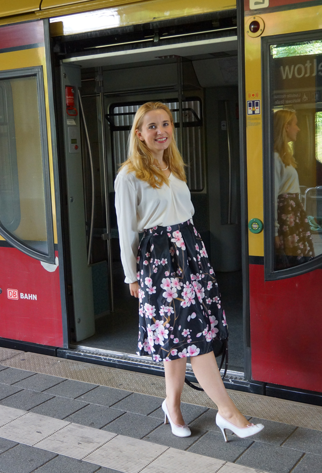 Outfit Kirschblütenrock und weiße Bluse 07