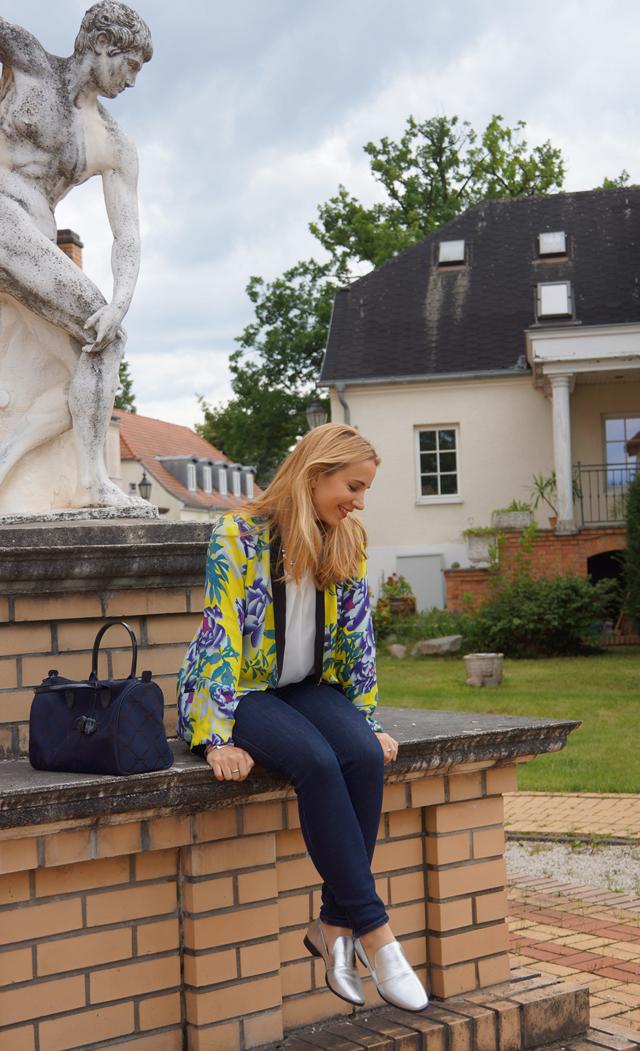 Outfit Silber Metallic-Loafer & Blumen-Kimono 02
