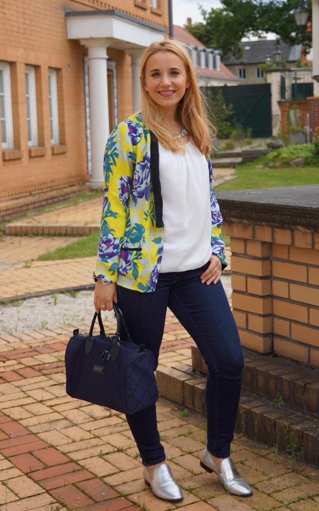 Outfit Silber Metallic-Loafer & Blumen-Kimono 05