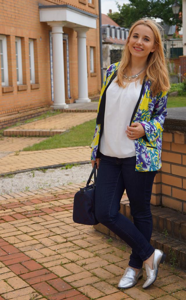 Outfit Silber Metallic-Loafer & Blumen-Kimono 07