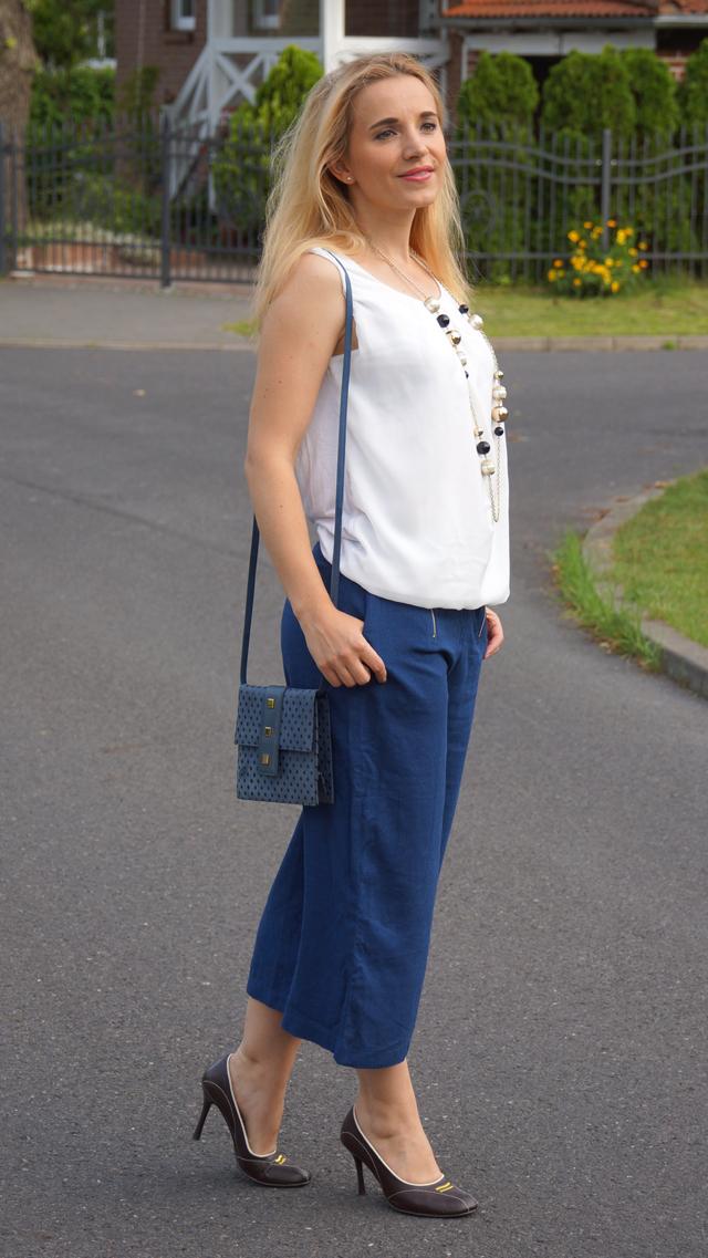 Outfit Blaue Culotte mit Vintage-Accessoires 2