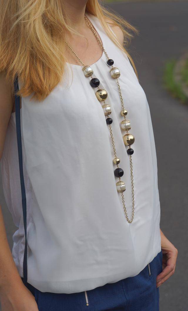 Outfit Blaue Culotte mit Vintage-Accessoires 3