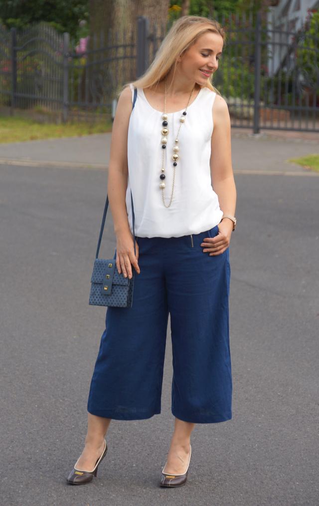 Outfit Blaue Culotte mit Vintage-Accessoires 4