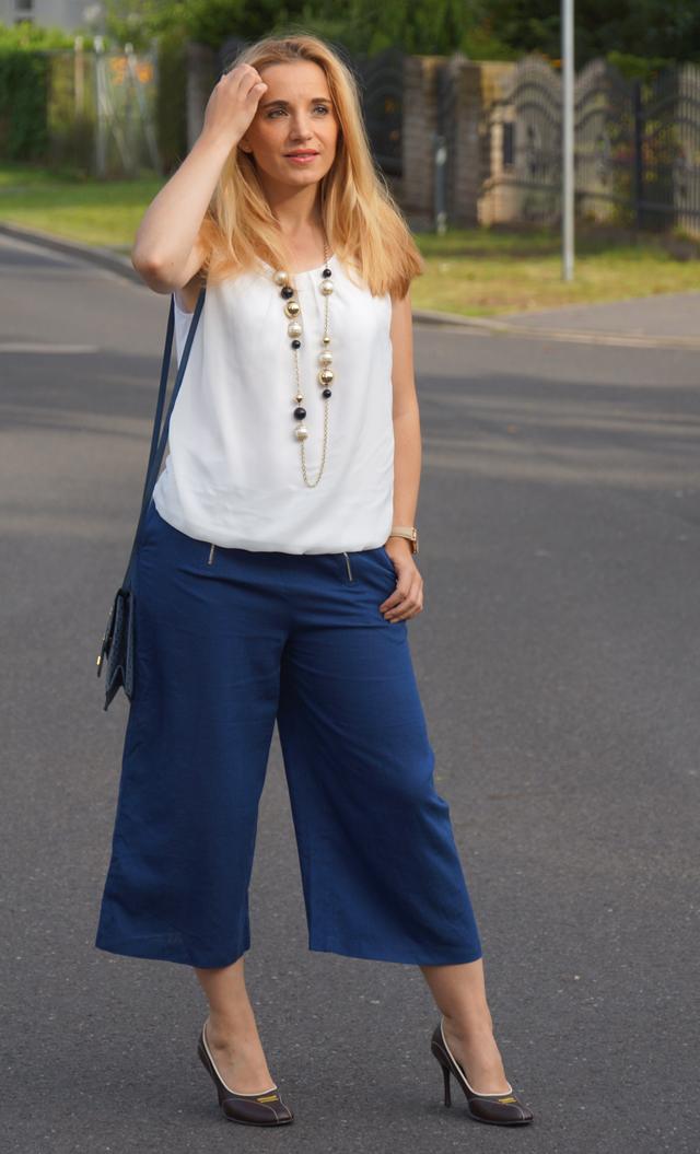 Outfit Blaue Culotte mit Vintage-Accessoires 6