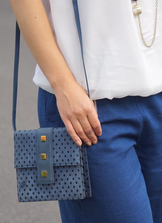 Outfit Blaue Culotte mit Vintage-Accessoires 7