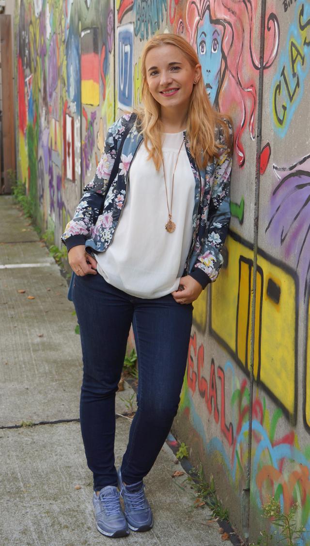 Outfit Lotusblumenjacke und Blaue Sneaker 3