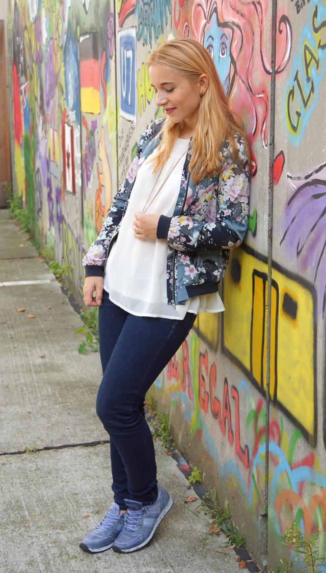 Outfit Lotusblumenjacke und Blaue Sneaker 4
