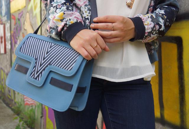Outfit Lotusblumenjacke und Blaue Sneaker 5