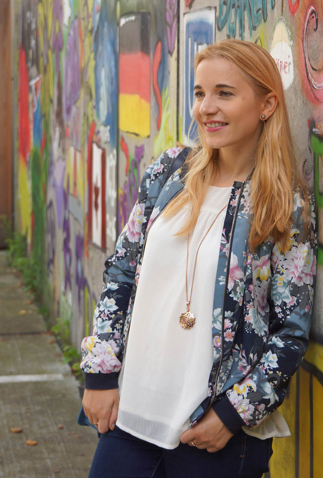 Outfit Lotusblumenjacke und Blaue Sneaker 6