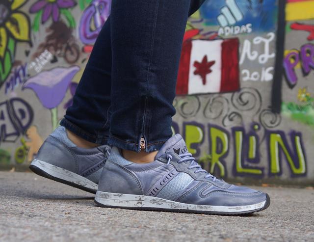 Outfit Lotusblumenjacke und Blaue Sneaker 7