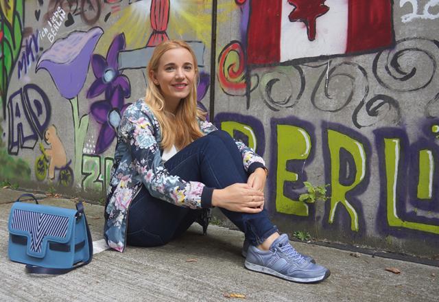 Outfit Lotusblumenjacke und Blaue Sneaker 8