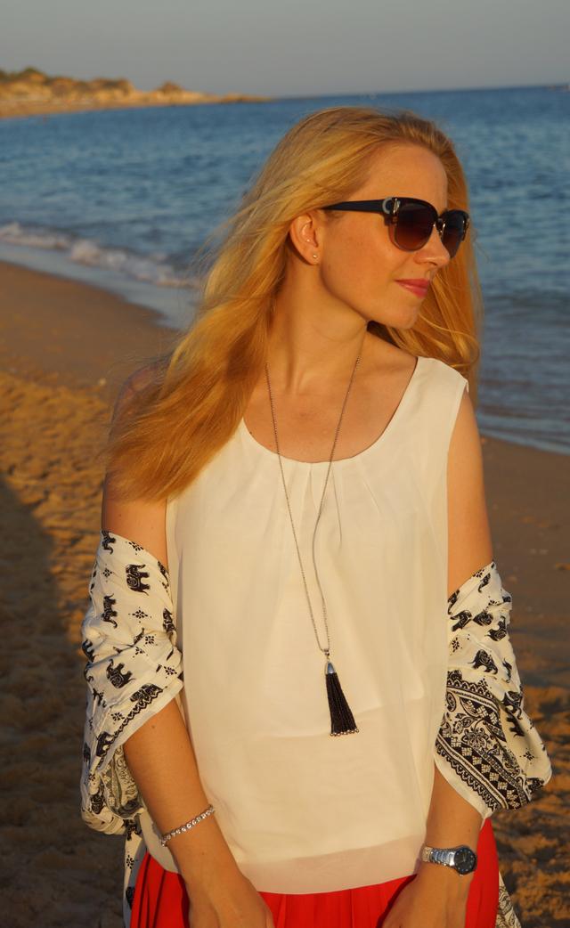 Outfit Roter Maxi-Rock Quasten-Halskette Leonardo 03