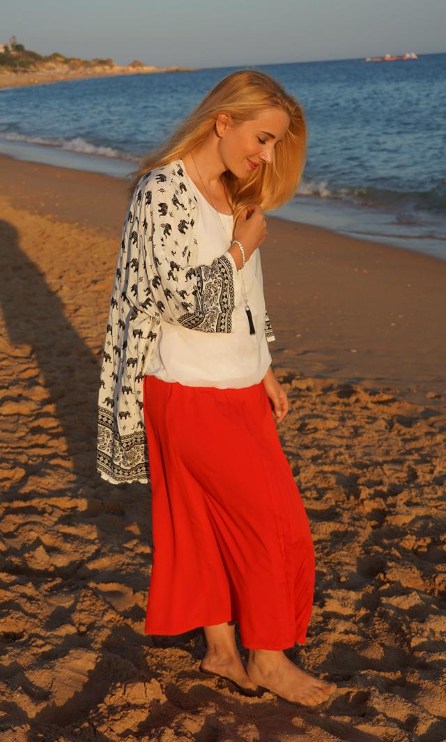 Outfit Roter Maxi-Rock Quasten-Halskette Leonardo 04