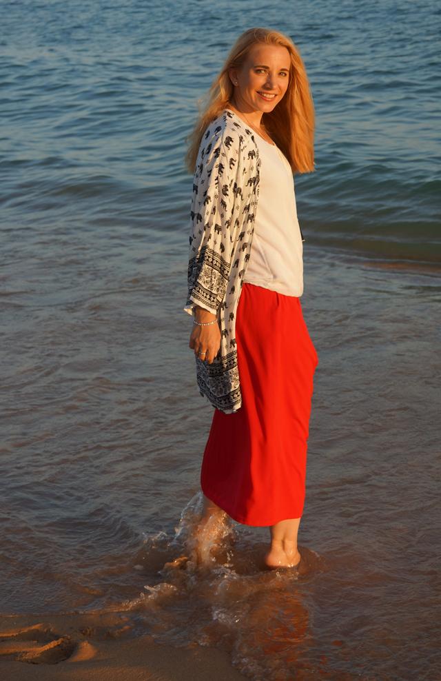 Outfit Roter Maxi-Rock Quasten-Halskette Leonardo 06