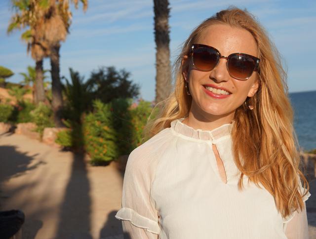 Outfit Weißes Sommerkleid und Bvglari Sonnenbrille 02