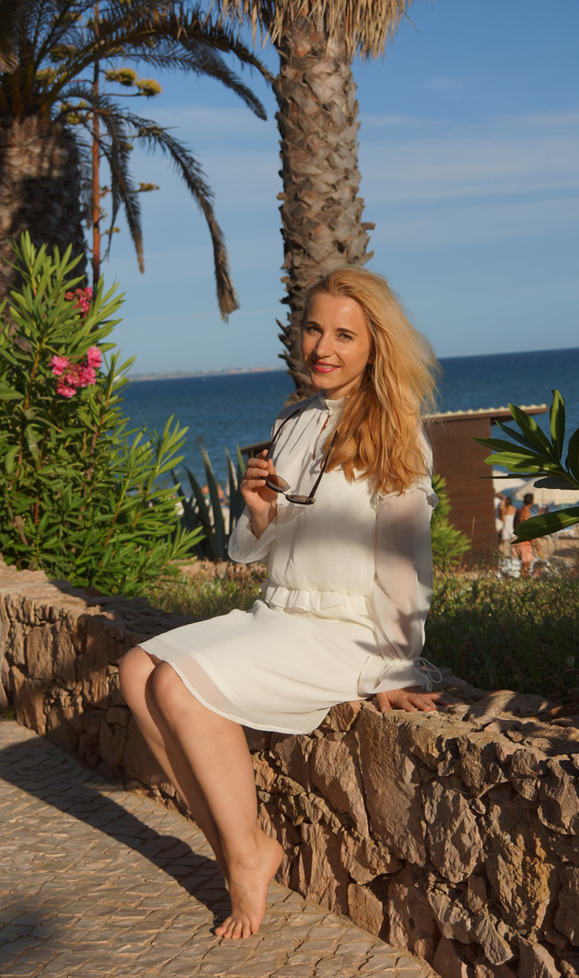 Outfit Weißes Sommerkleid und Bvglari Sonnenbrille 07