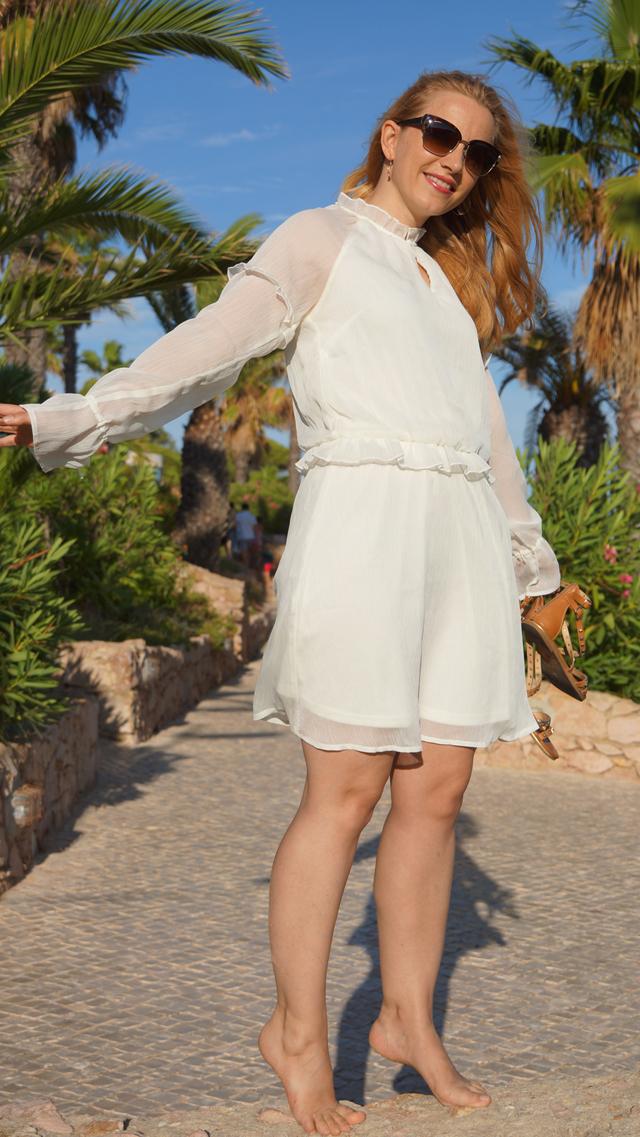 Outfit Weißes Sommerkleid und Bvglari Sonnenbrille 08