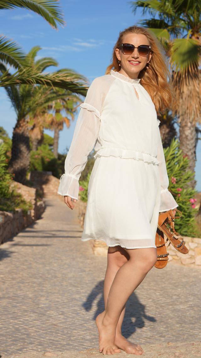 Outfit Weißes Sommerkleid und Bvglari Sonnenbrille 09