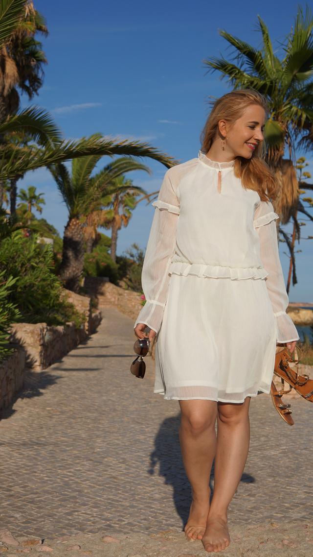 Outfit Weißes Sommerkleid und Bvglari Sonnenbrille 11