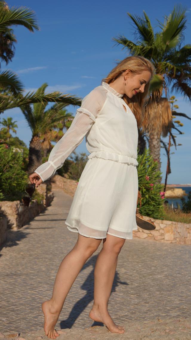 Outfit Weißes Sommerkleid und Bvglari Sonnenbrille 12