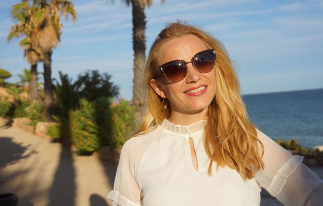Outfit Weißes Sommerkleid und Bvglari Sonnenbrille 01