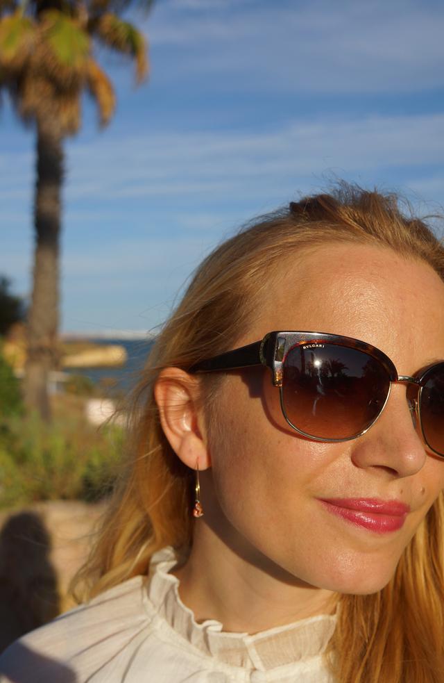 Outfit Weißes Sommerkleid und Bvglari Sonnenbrille 04