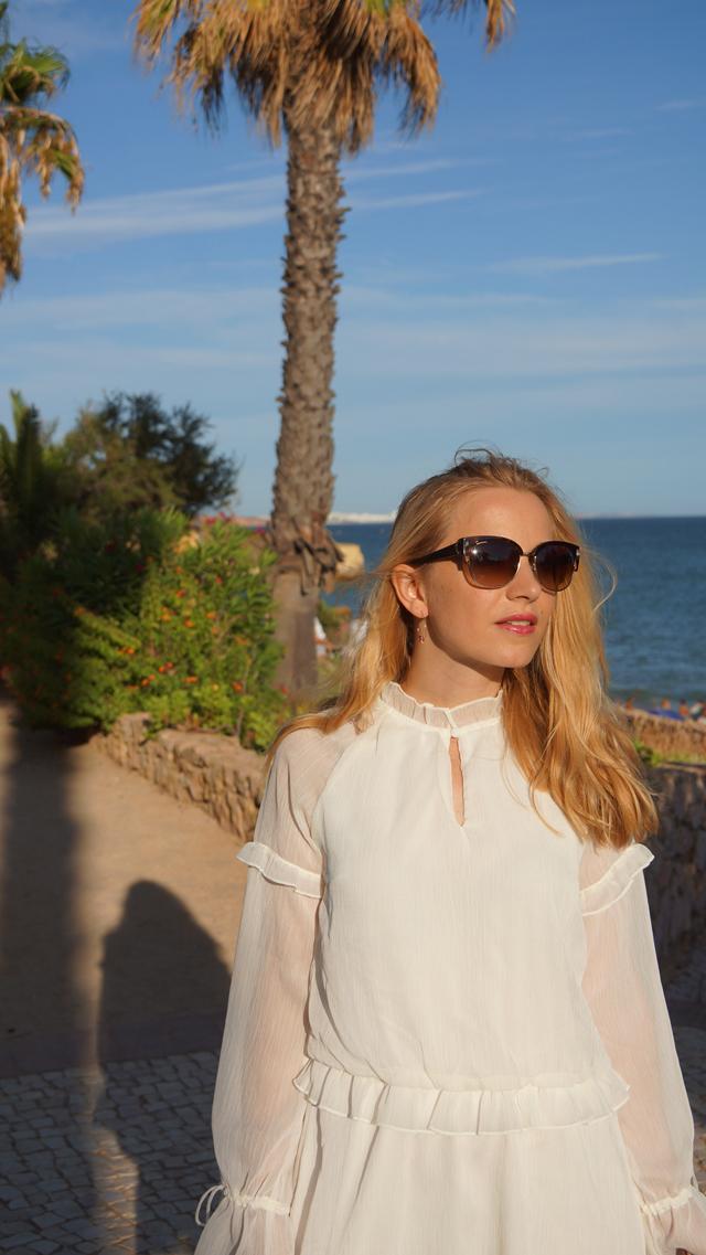 Outfit Weißes Sommerkleid und Bvglari Sonnenbrille 06