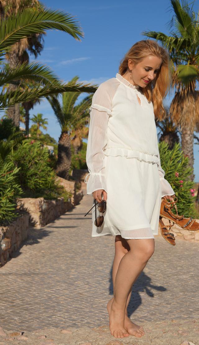 Outfit Weißes Sommerkleid und Bvglari Sonnenbrille 10