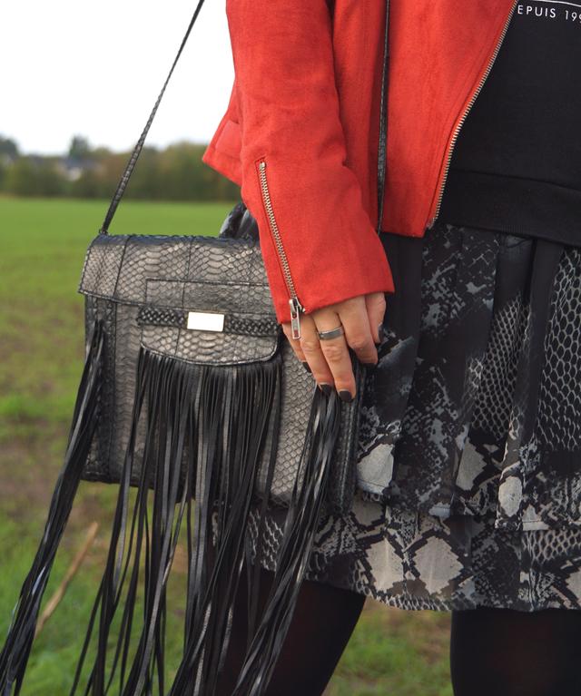 Outfit Rostrote Jacke und Fransen-Tasche 03