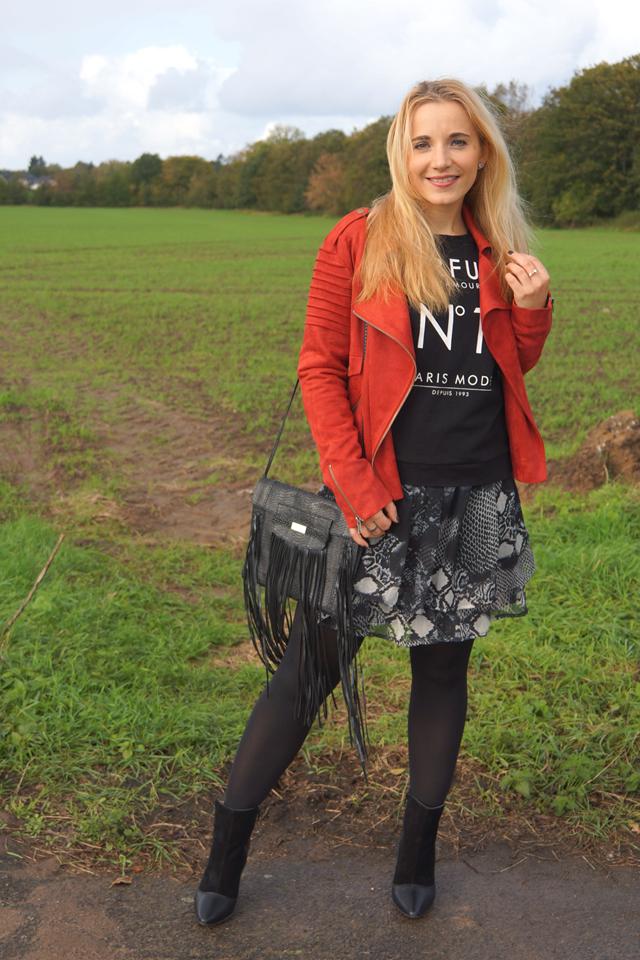 Outfit Rostrote Jacke und Fransen-Tasche 05