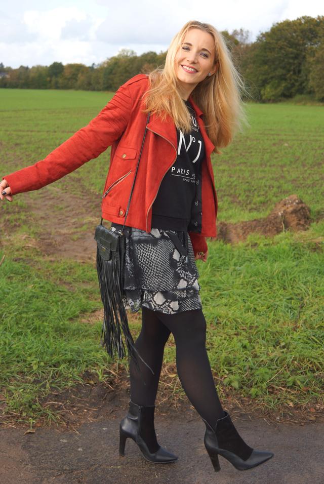 Outfit Rostrote Jacke und Fransen-Tasche 06