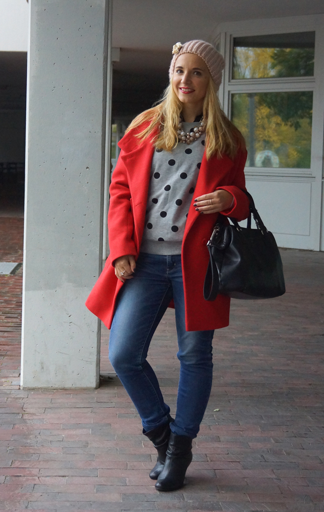 Outfit roter Mantel und rosa Mütze 05