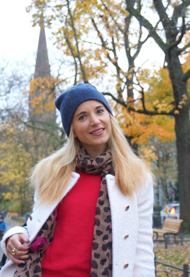 Outfit Rote Herbst-Schuhe und weißer Mantel 02