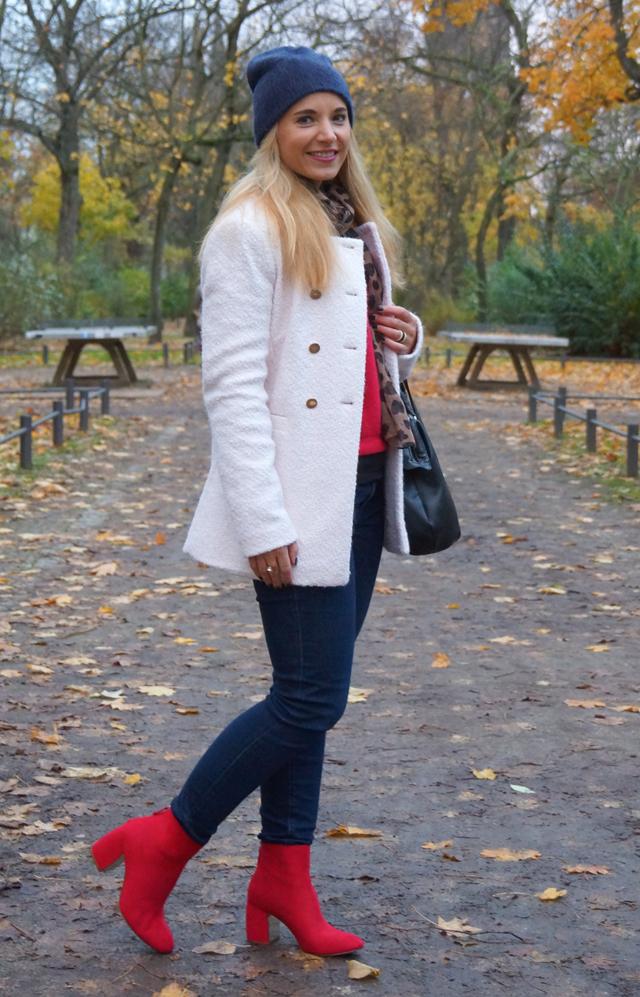 Outfit Rote Herbst-Schuhe und weißer Mantel 03