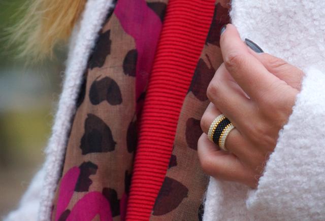 Outfit Rote Herbst-Schuhe und weißer Mantel 06