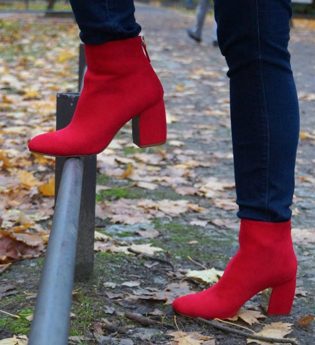 Outfit Rote Herbst-Schuhe und weißer Mantel 08