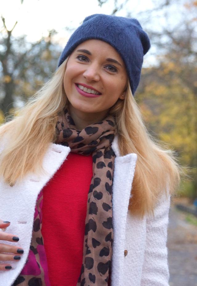 Outfit Rote Herbst-Schuhe und weißer Mantel 04