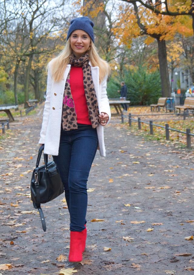 Outfit Rote Herbst-Schuhe und weißer Mantel 07