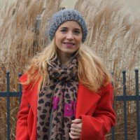 Outfit Roter Mantel & Leo-Tuch 01