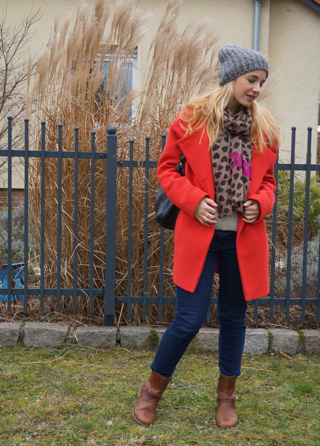 Outfit Roter Mantel & Leo-Tuch 02