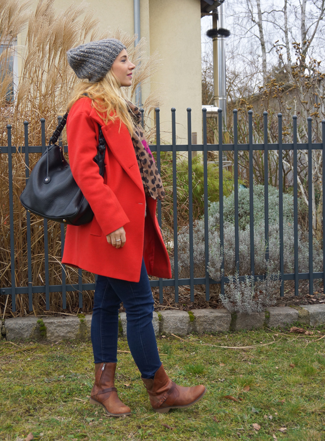 Outfit Roter Mantel & Leo-Tuch 03