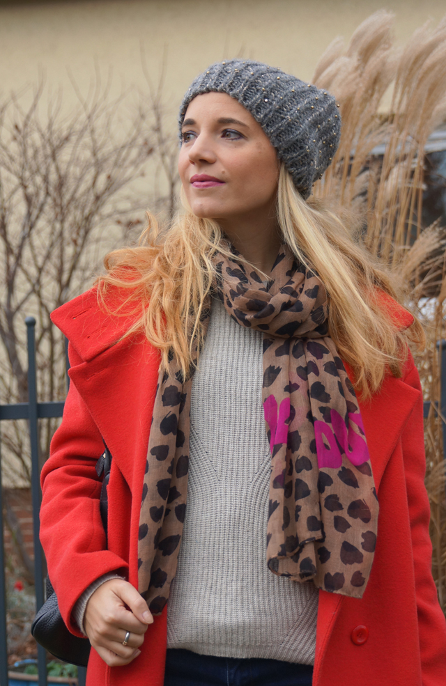 Outfit Roter Mantel & Leo-Tuch 04