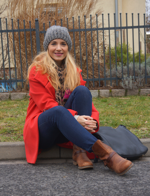 Outfit Roter Mantel & Leo-Tuch 06
