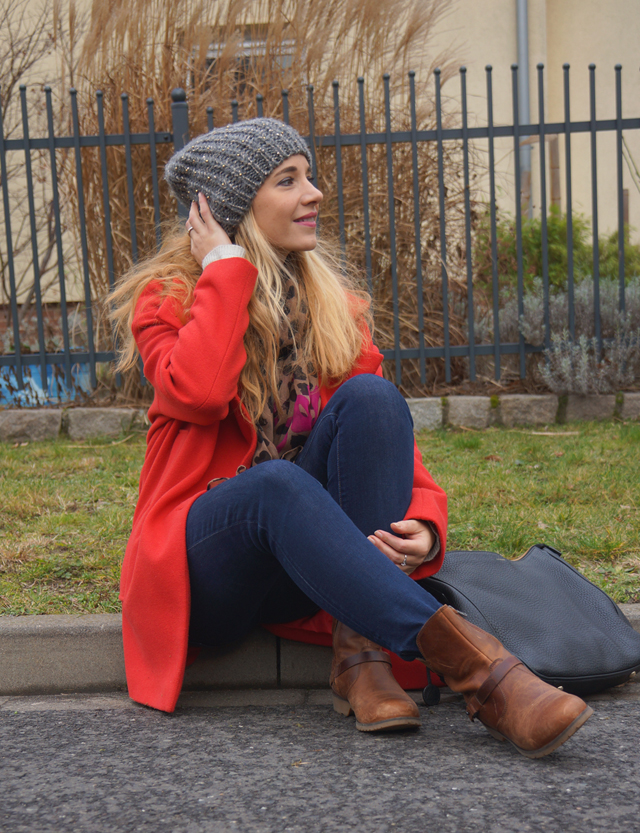 Outfit Roter Mantel & Leo-Tuch 07