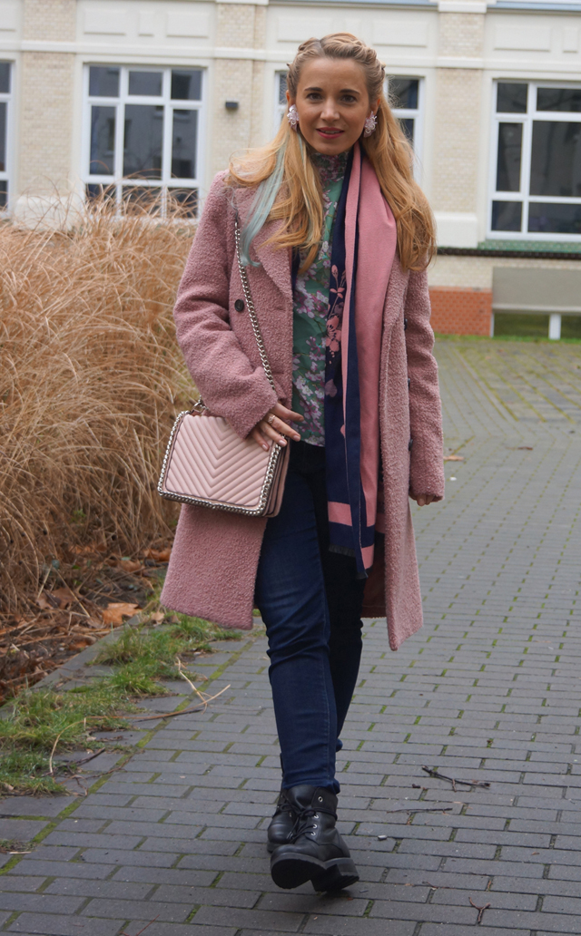 Outfit Pastell Extensions & Rosa Mantel 04
