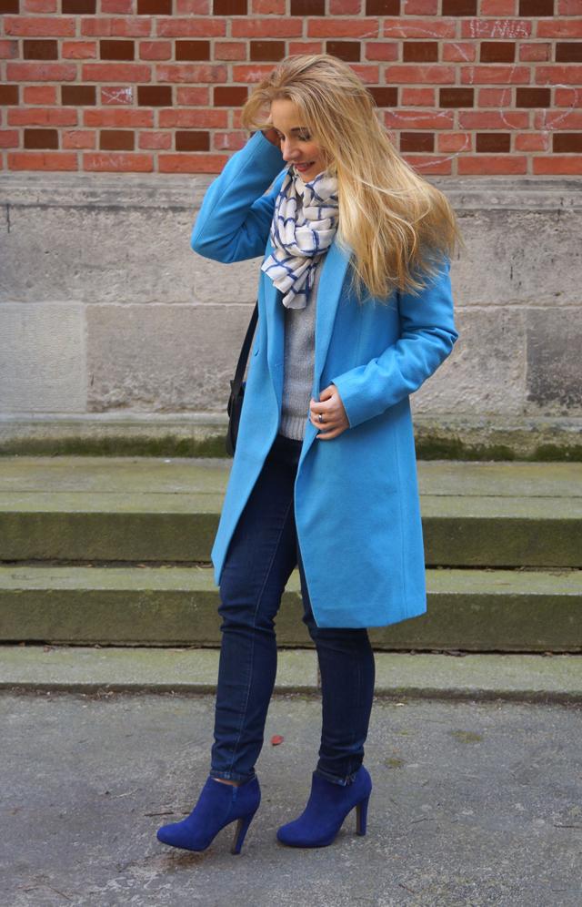 Outfit Blau machen - blauer Mantel 07