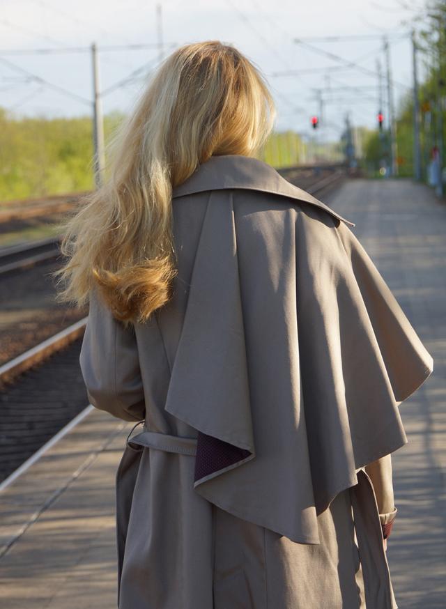 Outfit Eva Green Trenchcoat mit Seitencape 03