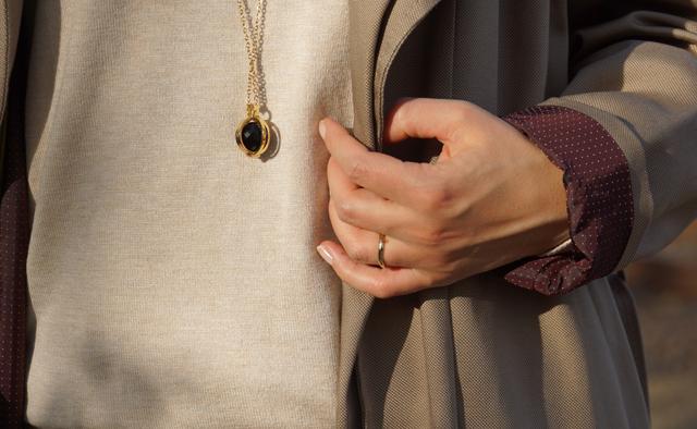 Outfit Eva Green Trenchcoat mit Seitencape 04