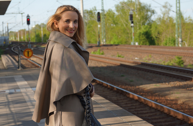 Outfit Eva Green Trenchcoat mit Seitencape 06
